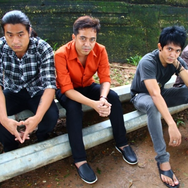Song of the Burmese indie/punk band Side Effect
