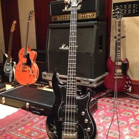 Handsignierter CRYPTEX Bass + das Album 'Madeleine Effect' mit Widmung.