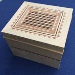 Holzschatulle mit Intarsie und Zwischenboden