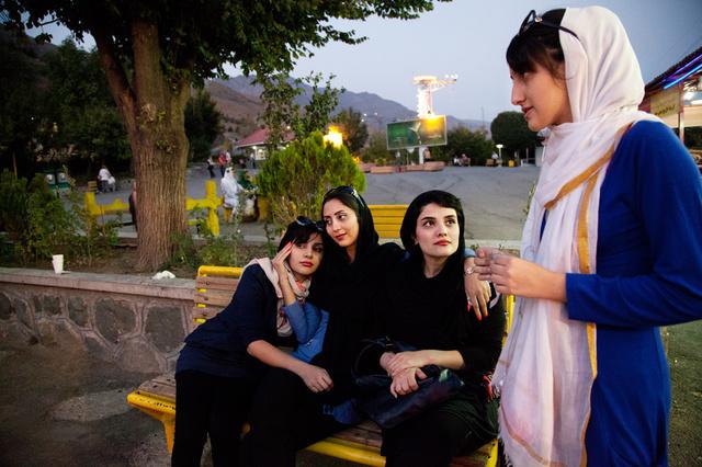 Fotobuch: Among women / Unter Frauen - Schönheitsideale im Iran