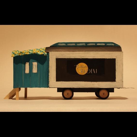 Wagen‐Modell aus Recycling‐Material fürs Spielzimmer