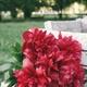 Blumengruß mit Vase an einen Tisch