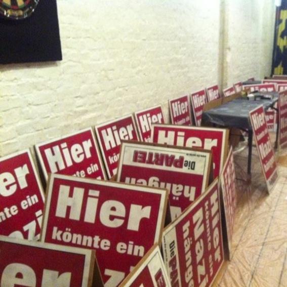 """von Martin Sonneborn handsigniertes """"Hier könnte ein Nazi hängen"""" Plakat"""