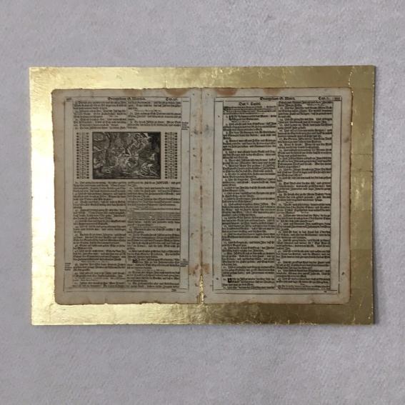 alte Bibelseite mit Goldrand und alten Stich