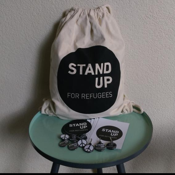 Premium AktivistInnenpaket: Bag, Pins, Schlüsselanhänger, Kleber und Postkarte