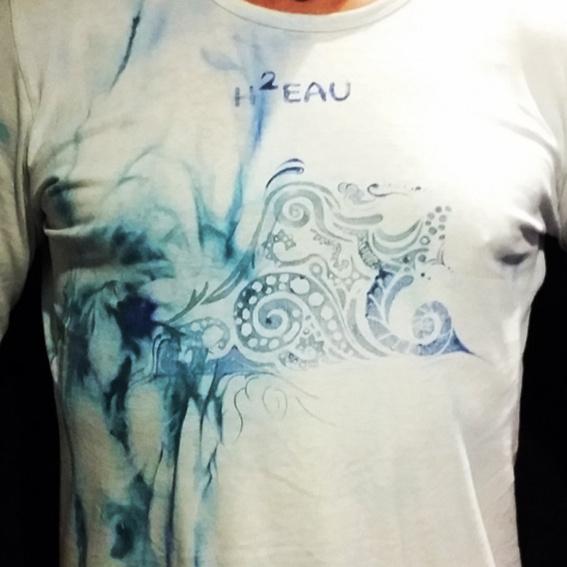 H2eau T-Shirt / Handbemalt, gebatikt und bedruckt.