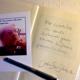 Signierte Ausgabe des Buches und Autogrammkarte