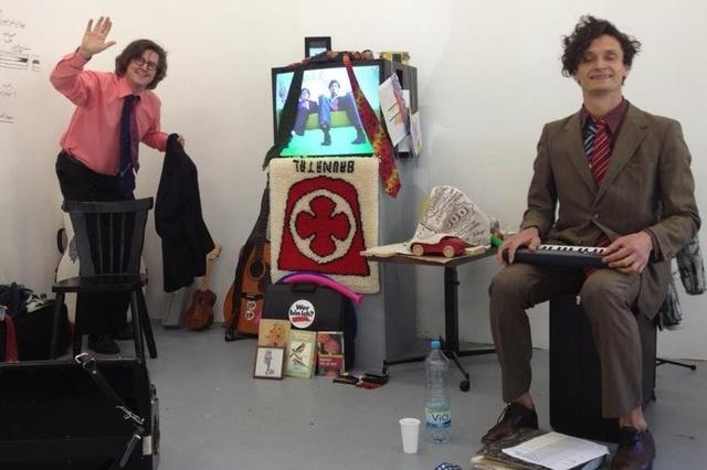 happy ding! - Beide Messies' Dingmesse mit Tanz, Musik, Gesang und Objekten