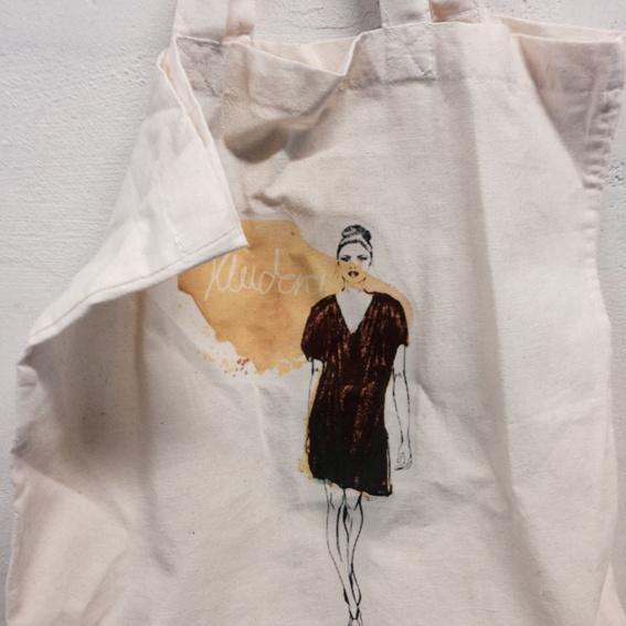 Kleiderei-Beutel mit farbigen Figurinedruck