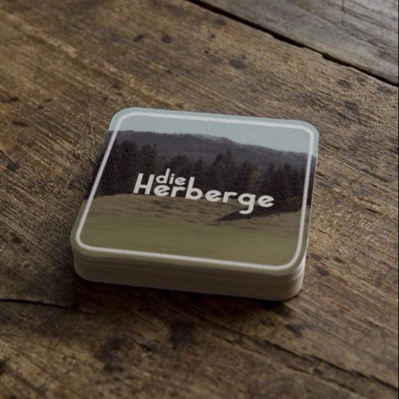 Die Herberge Bierfilzel, 5 Stück ODER Filmplakat von Die Herberge, signiert von der Künstlerin Alisa Wimmer