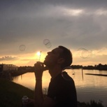 Kronkorken sammeln an einem sonnigen Sommermorgen
