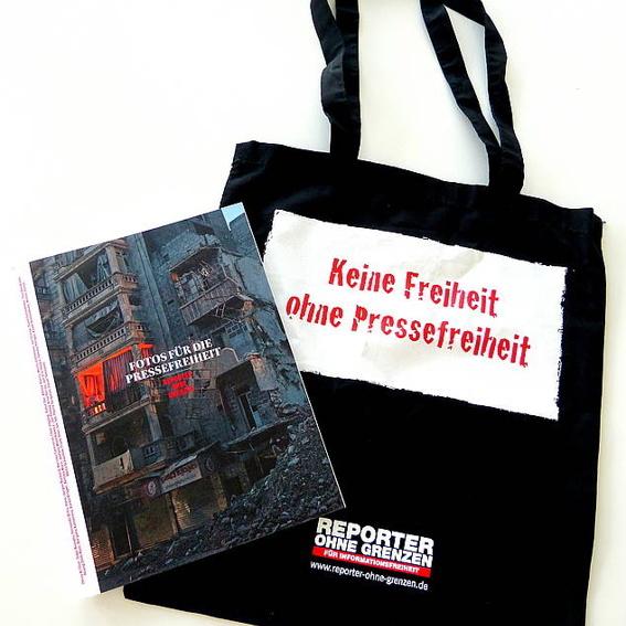 Pressefreiheit im Doppelpack: Das Fotobuch mit Stofftasche
