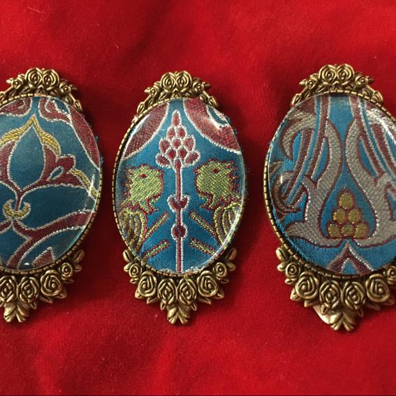 Brosche mit mittelalterlichem Replicat-Stoff